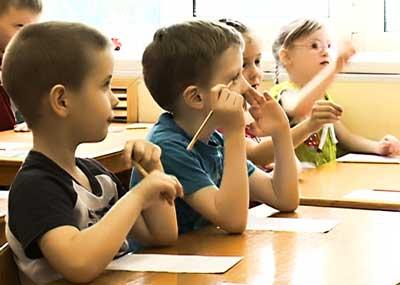 Дети в школе на уроке учатся читать и писать