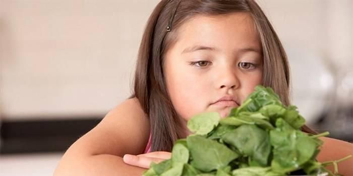 Девочка и листья шпината