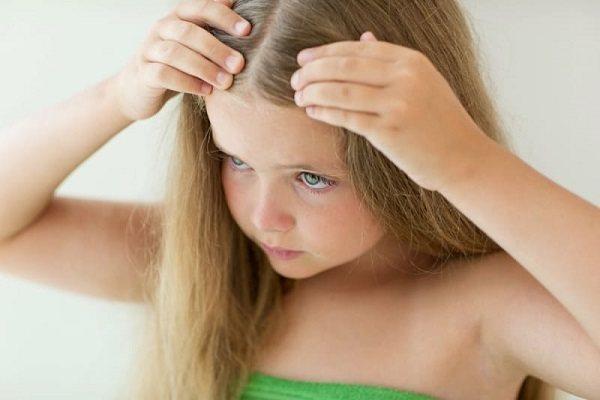 девочка смотрит на волосы