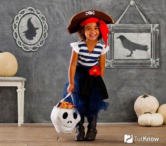 Девочка в костюме пиратки