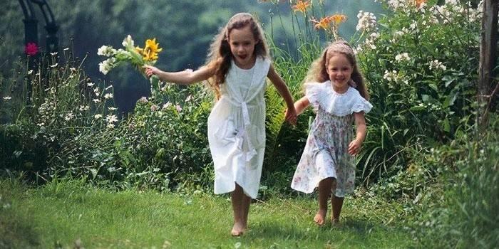 Девочки бегают босиком по траве