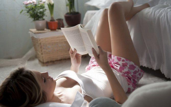 девушка читает про похудение