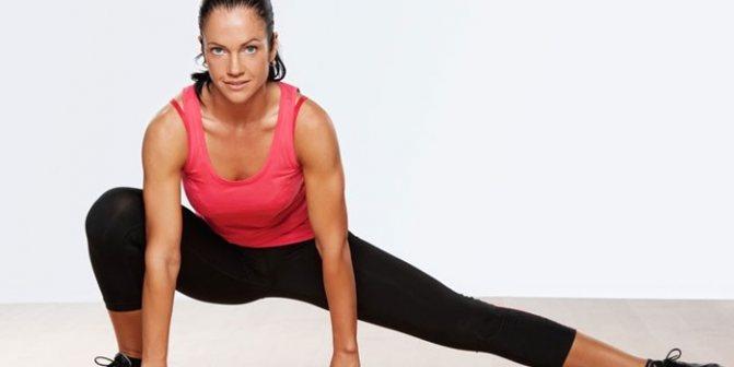 Девушка делает упражнение для похудения