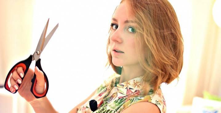 Девушка держит ножницы
