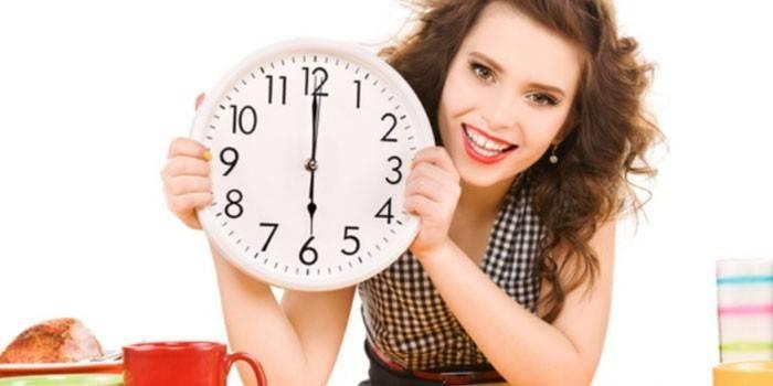 Девушка держит в руках часы