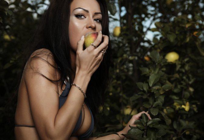девушка есть фрукт