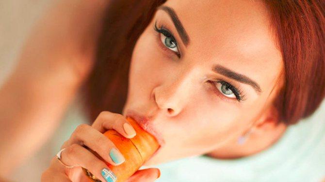 девушка есть морковь сексуально