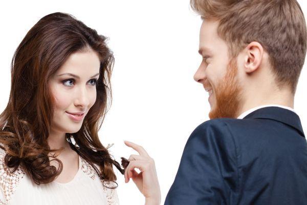 девушка флиртует с парнем