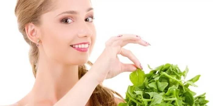 Девушка и листья шпината