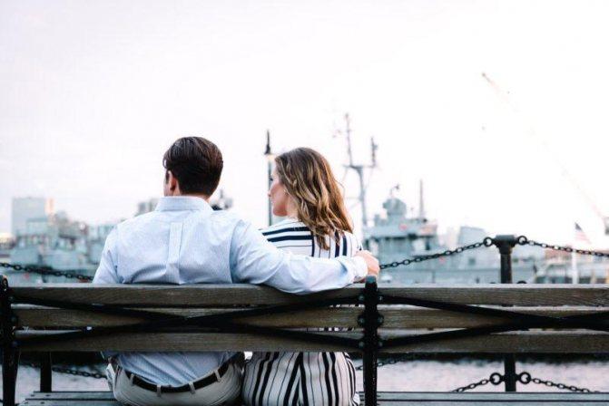 девушка и парень на скамейке