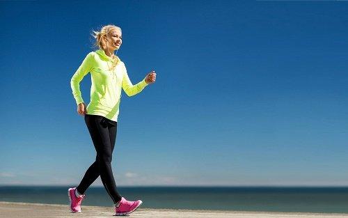 Девушка идет спортивной ходьбой