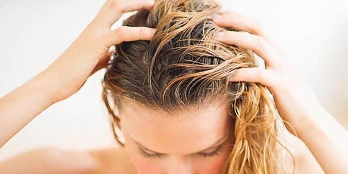Девушка массирует кожу головы