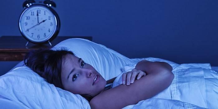 Девушка не может уснуть ночью