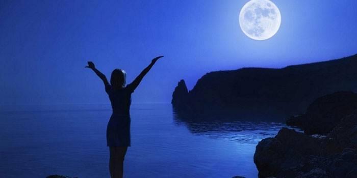 Девушка ночью на берегу залива
