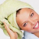 Девушка обернула голову полотенцем