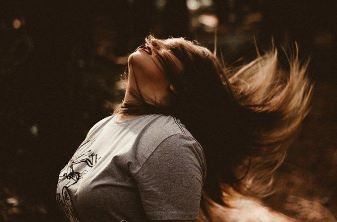 девушка опрокидывает волосы