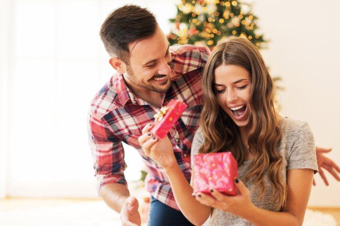 девушка открывает подарок в день всех влюбленных
