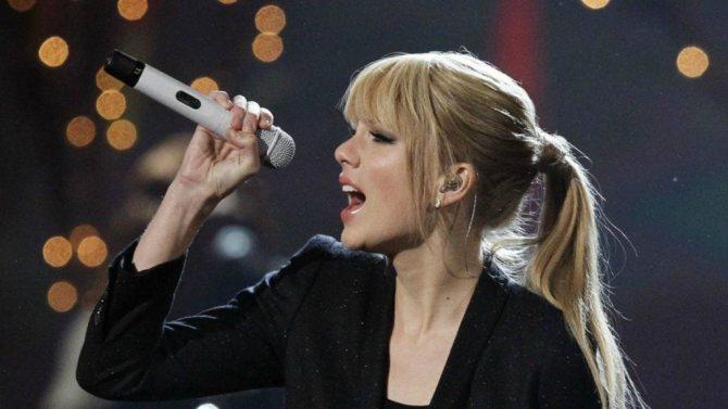 Девушка поет с микрофоном