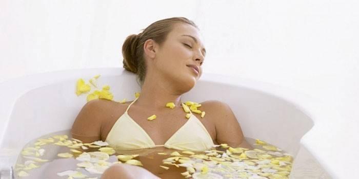 Девушка принимает ванну с цветами