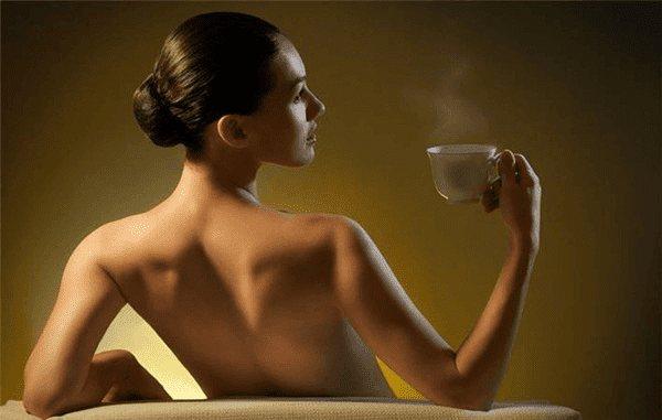 девушка с чашкой чая в руке
