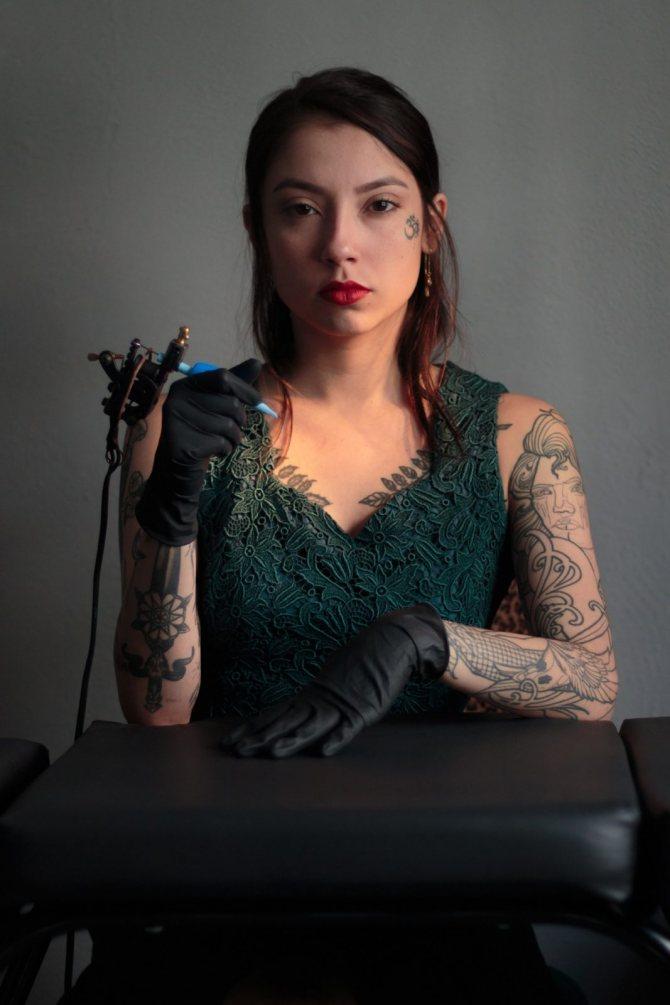 Девушка с машинкой для татуа в руках