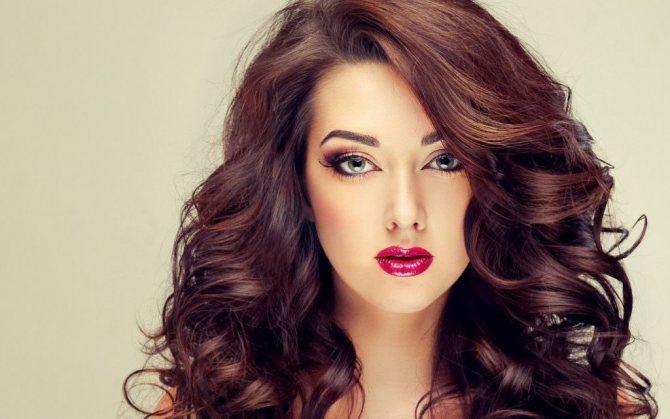 девушка с объемными волосами