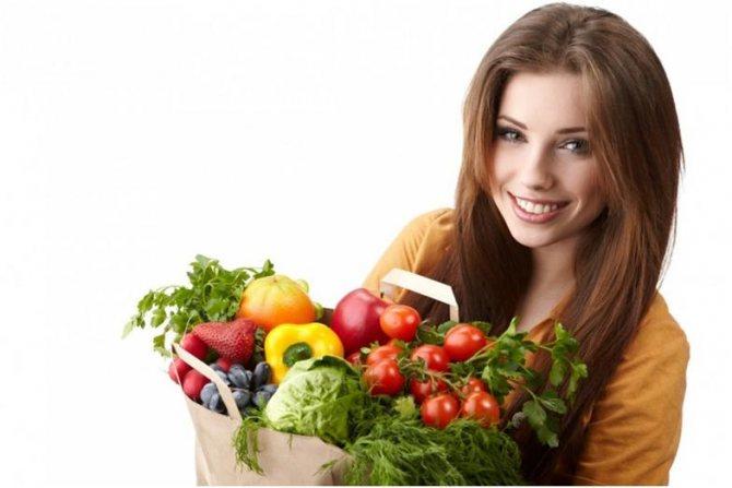 Девушка с овощами и фруктами