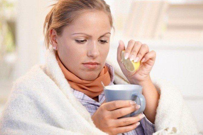 девушка с пледом выжимает сок лимона в чай