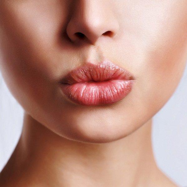 девушка с полными губами