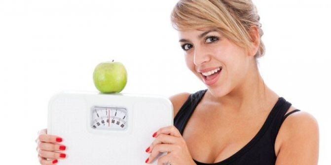 Девушка с весами и яблоком