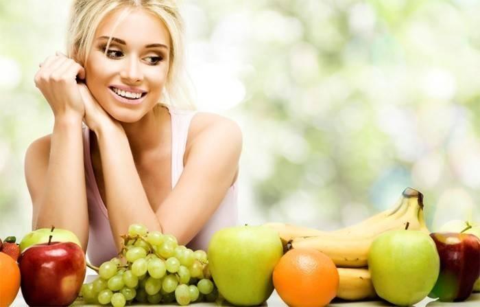 Девушка смотрит на фрукты