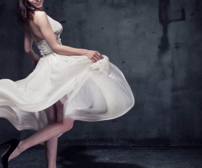 девушка танцует