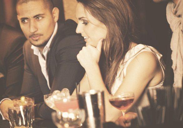 девушка в баре с красивым паренем
