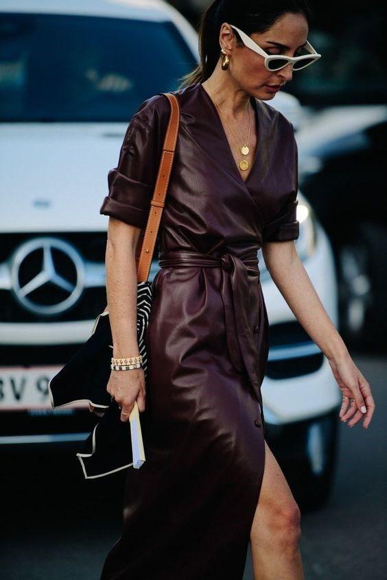 Девушка в бордовом кожаном платье и сумка