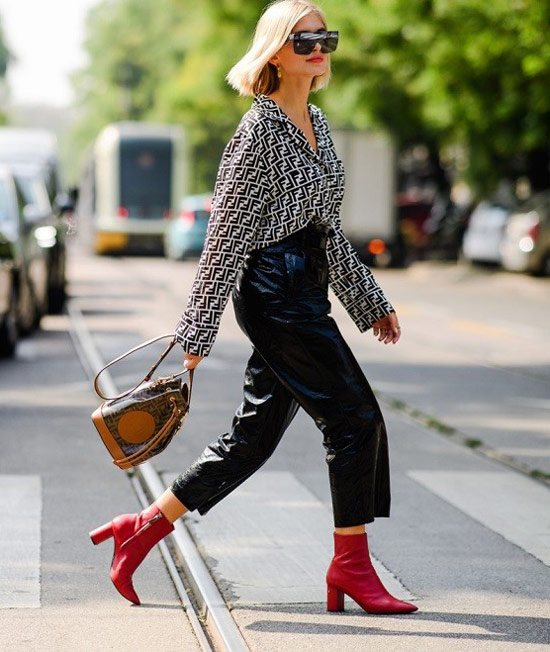 Девушка в черно-белой рубашке, кожаные брюки и красные ботильоны