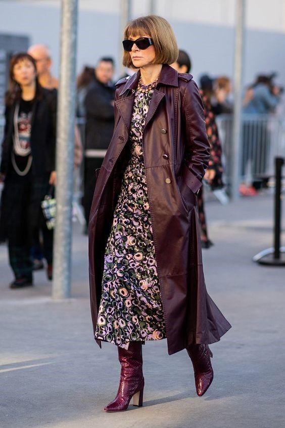 Девушка в цветочном платье миди, бордовый кожаный плащ и сапоги на каблуках