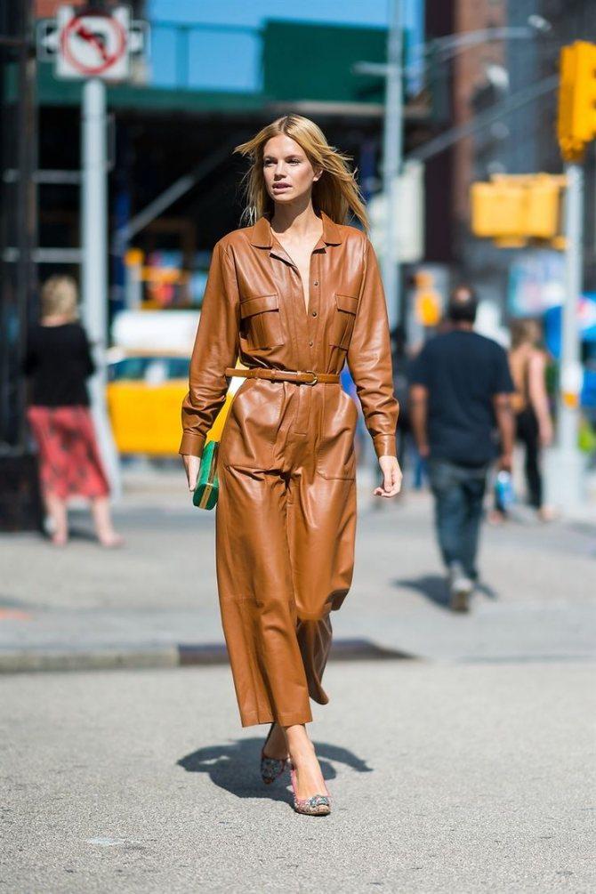 Девушка в коричневом длинном платье с тонким ремнем и туфли