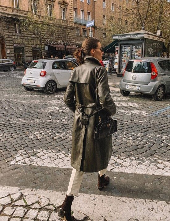 Девушка в кожаном плаще, укороченные брюки и ботильоны