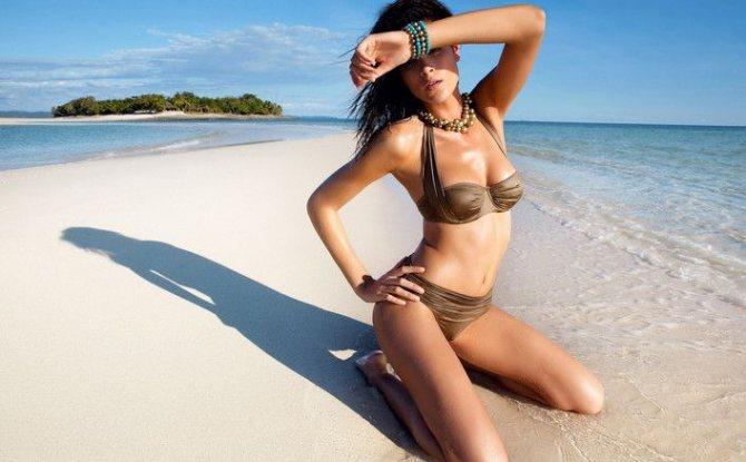 девушка в купальнике с формой груди