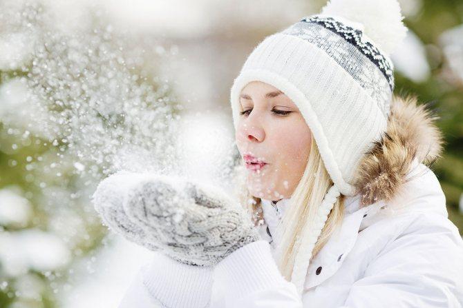 Девушка в теплых варежках