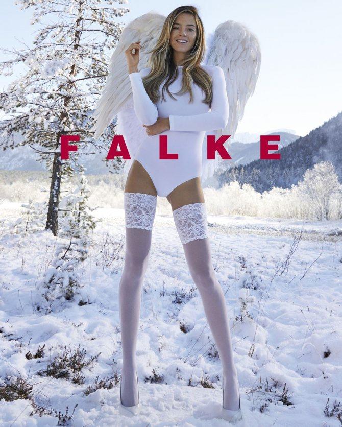 Девушка в тонких чулках зимой