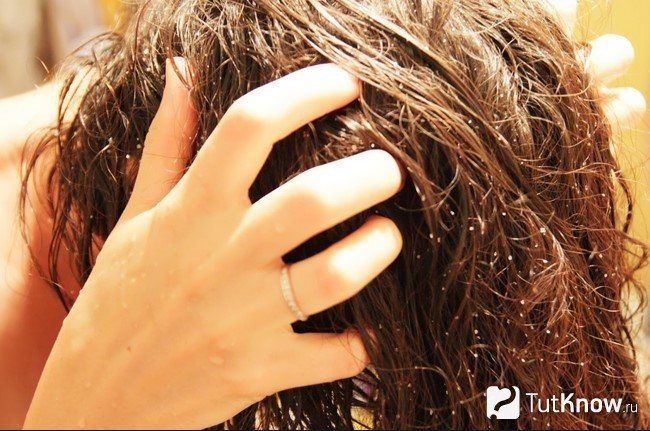 Девушка втирает морскую соль в кожу головы