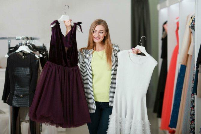 Девушка выбирает платье для похода в ресторан