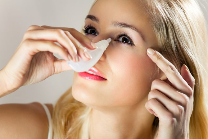 девушка закапывает глаз из белого пузырька