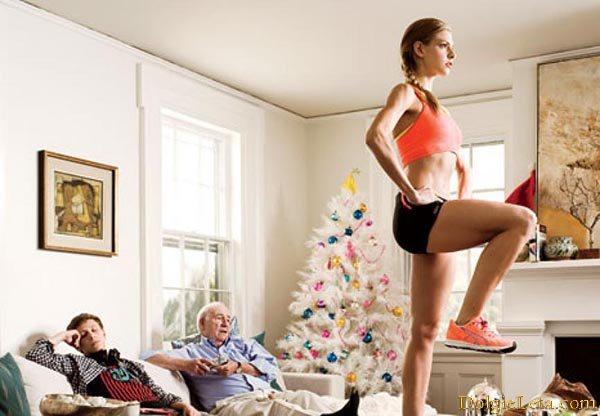девушка занимается фитнесом дома в семейном кругу