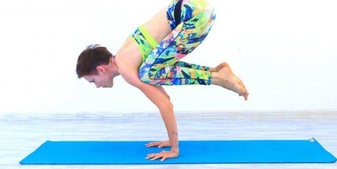 Девушка занимается силовой йога