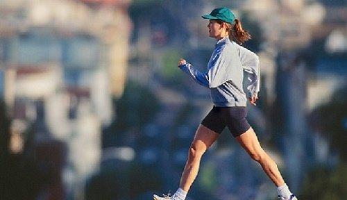 Девушка занимается спортивной ходьбой