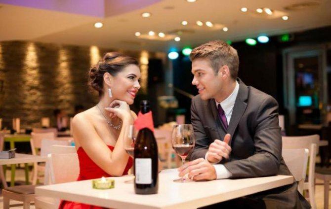 Девушка знакомиться в ресторане с мужчиной