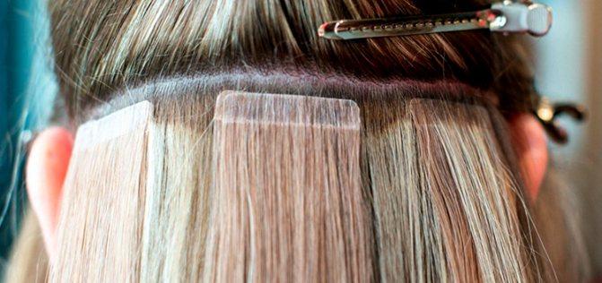 Девушке корректируют волосы