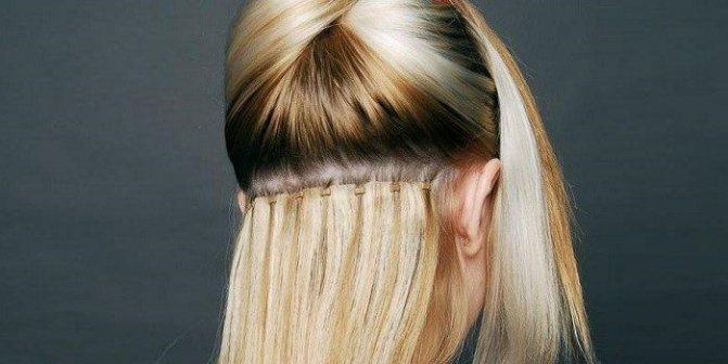 Девушке наращивают волосы